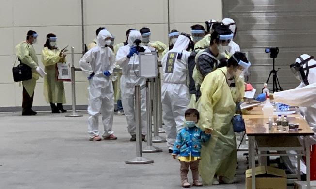 指揮中心宣布,16日起二歲以下持台灣居留證陸籍子女可入境。圖為之前返台類包機。(圖:聯合報讀者提供)
