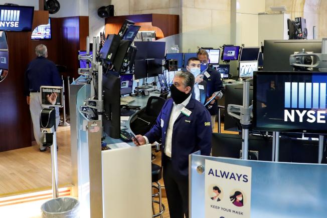 美股四大指數16日早盤全面下跌,投資人評估企業財報以及最新的經濟數據。路透