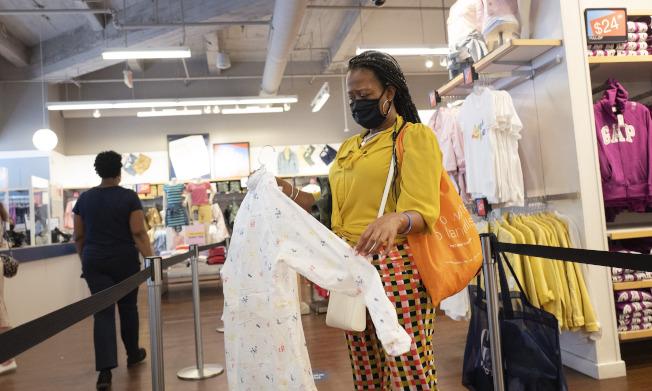 美國6月零售銷售連續第二個月攀升,且增幅比預期大。 美聯社