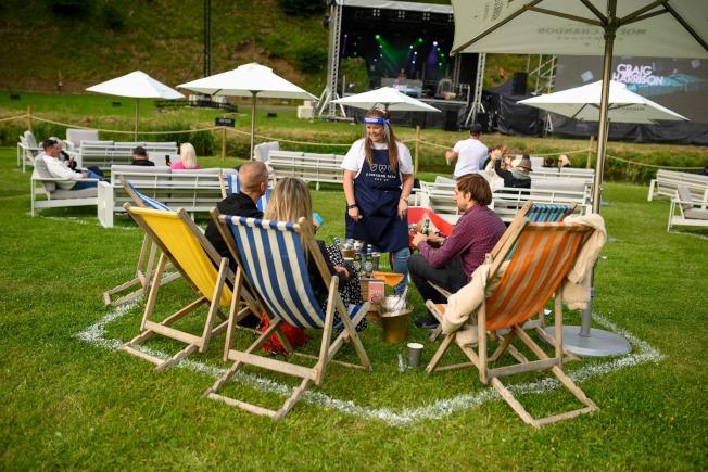 英國蘭開夏(Lancashire)近日推出專門為疫情設計的戶外音樂節,每個環節的設置都嚴格遵循社交距離。(Getty Images)
