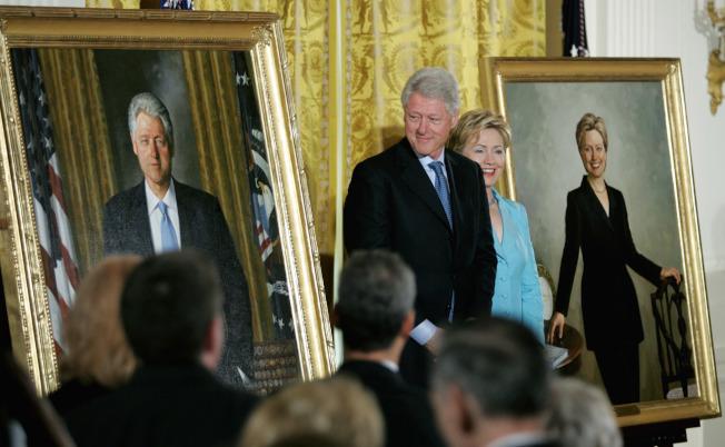 美國前總統柯林頓與妻子希拉蕊在2004年揭幕儀式上站在自己的肖像畫旁。(路透檔案照)