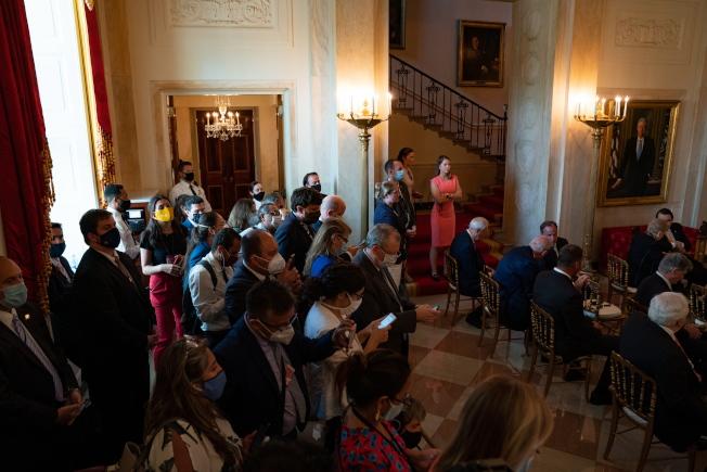 川普8日和墨西哥總統羅培茲歐布拉多於白宮會面時,依然可見牆上掛著柯林頓的肖像畫。歐新社