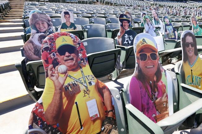 美職棒大聯盟運動賽事17在加州奧克蘭重啟,座位上安排「假人」,讓球迷入座時可保持社交距離。(歐新社)