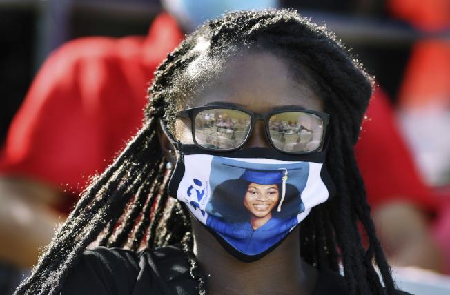 佛州疫情惡化,傑克森維爾技術學院仍舉行畢業典禮,畢業生戴著印有畢業照的口罩。(美聯社)