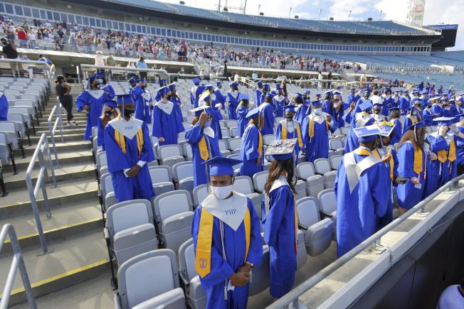 佛州疫情惡化,傑克森維爾技術學院仍舉行畢業典禮,畢業生戴著口罩、保持社交距離。(美聯社)