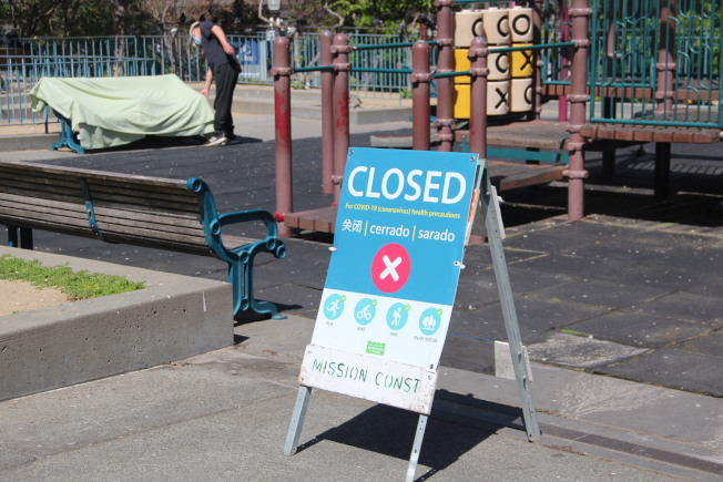 灣區九縣全面收緊。圖為金山華埠花園角廣場的部分設施關閉。(本報檔案照片)