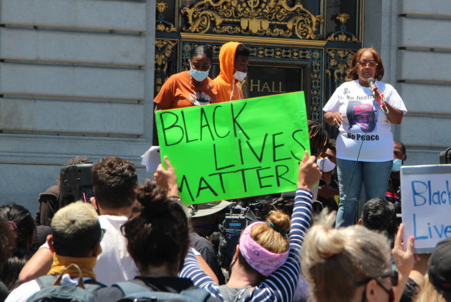 舊金山十個警察分局內必須要張貼「Black Lives Matter」的海報和標誌。(本報檔案照片)