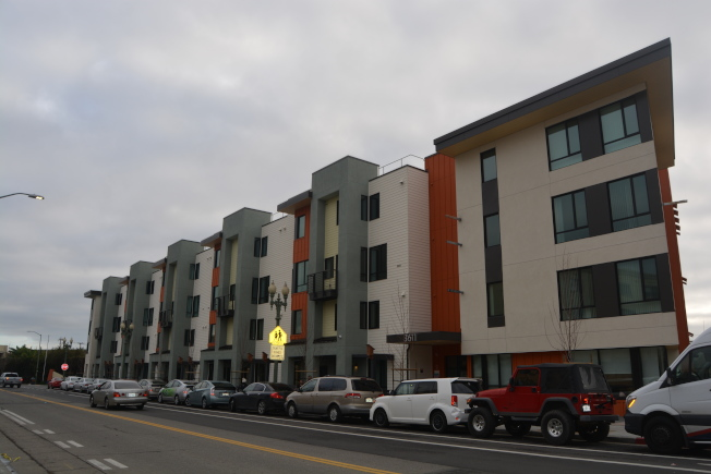 屋崙三個可負擔住房發展商,獲得了近9000萬加州撥款,用於在屋崙開發綠色、有彈性的可負擔房屋。圖為果谷區(Fruitvale)94戶可負擔住房Arabella公寓。(記者劉先進/攝影)
