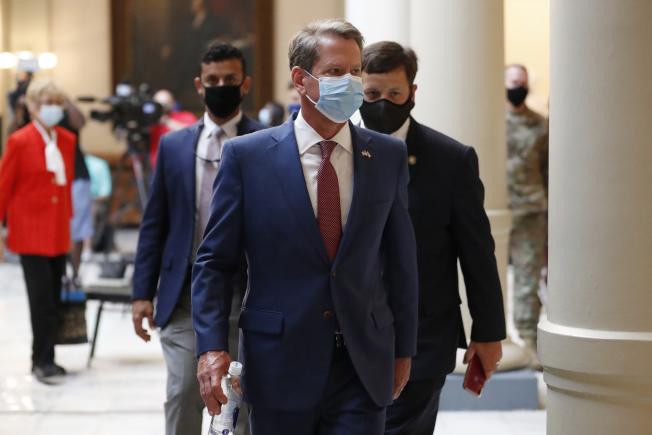 白宮內部報告建議喬治亞州居民戴口罩,但州長坎普和亞特蘭大市市長卻為此鬧上法庭,圖為坎普17日在疫情記者會後走回辦公室。(美聯社)