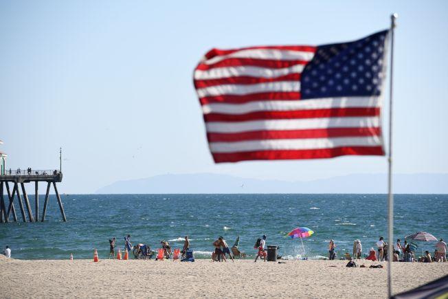 加州在一份白宮內部疫情報告中被稱為「紅區」,圖為杭廷頓海灘上的遊客。(Getty Images)