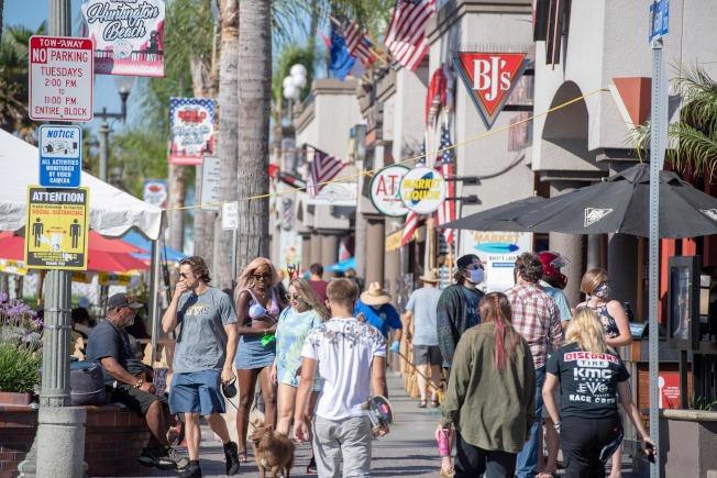 白宮新冠小組在一份尚未公開的報告中指出,有18個州屬於疫情嚴重的「紅區」,應該縮減重開規模;圖為加州杭廷頓海灘遊客如織。(Getty Images)
