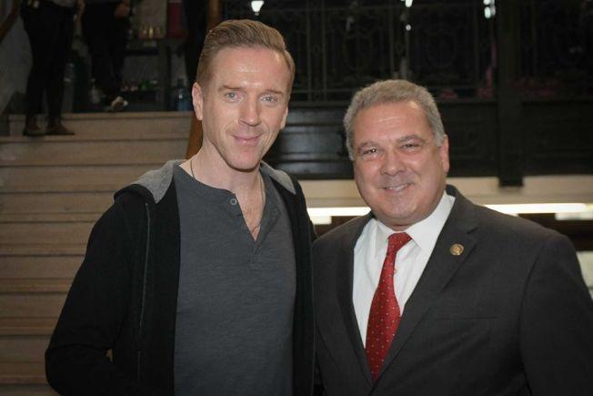 洋克市市長斯帕諾(右)與主角達米安路易斯合影。(取材自推特)