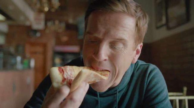 主角達米安路易斯在「羅莎披薩店」拍攝劇照。(取材自IMDb)