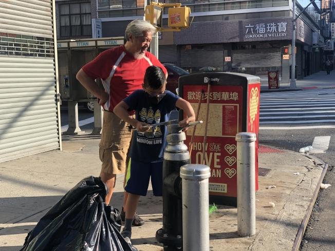 清掃活動有不少孩子也參與其中。(記者張晨/攝影)