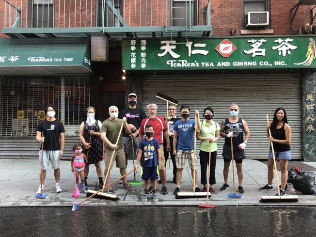 十幾名華埠民眾清晨自發掃除。(記者張晨/攝影)