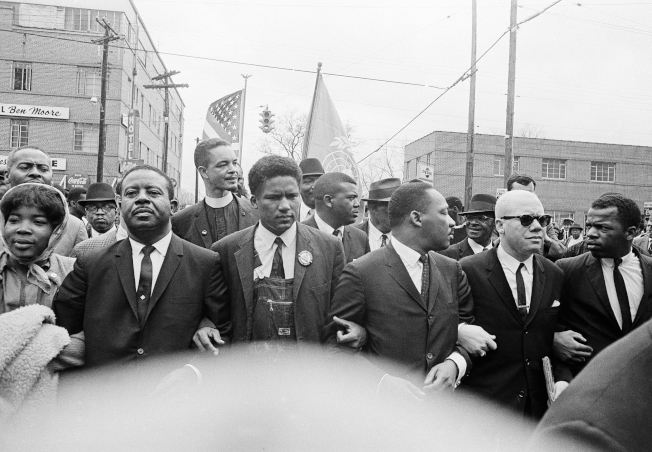 1965年3月17日,路易斯(右一)與包括馬丁路德‧金恩博士在內的民權運動人士手挽手領導千人遊行示威,前往蒙哥馬利(Montgomery)。(美聯社)