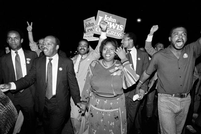 1986年9月3日,路易斯贏得喬治亞州第五國會選區眾議員一席,攜手妻子慶祝。(美聯社)