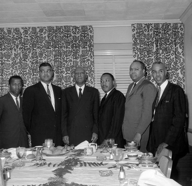 1963年7月2日,路易斯(John Lewis)(左一)與馬丁路德‧金恩博士(Dr. Martin Luther King Jr)在紐約羅斯福飯店開會討論「朝華府進軍」(March on Washington)大遊行。(Getty Images)