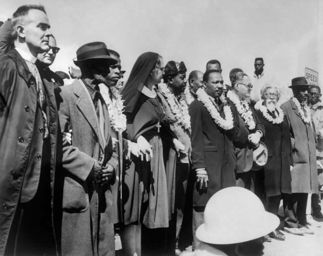 路易斯(左三)1965年曾與馬丁路德‧金恩博士(右五)在阿拉巴馬州一起遊行。(Getty Images)