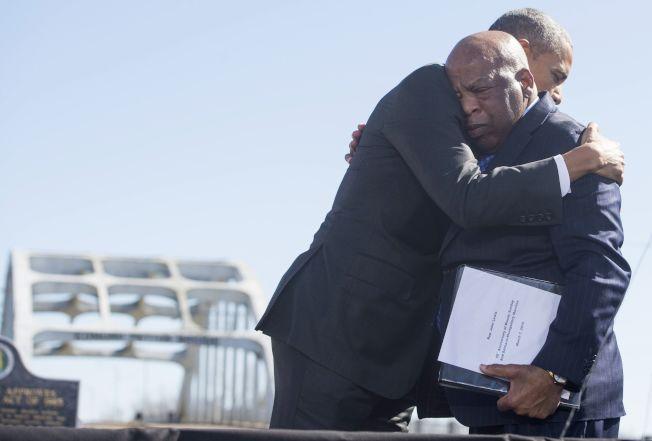 2015年3月,歐巴馬總統參加紀念「血腥星期日」50周年的活動,與路易斯擁抱。(Getty Images)