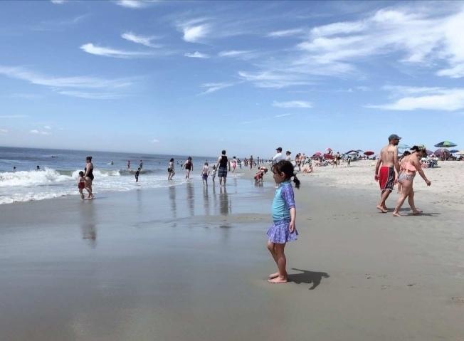 紐約本周末首波熱浪來襲,海灘恐人滿為患。(本報檔案照)