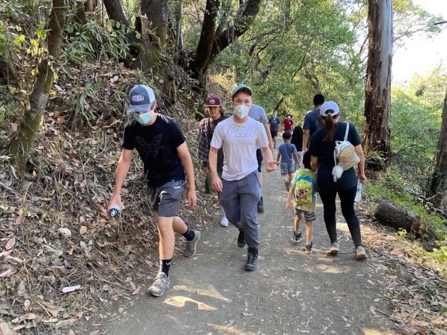 聖他克拉拉縣府指出,戶外的運動比室內活動安全。但也呼籲民眾儘量在離峰時間前往。(記者李榮/攝影)