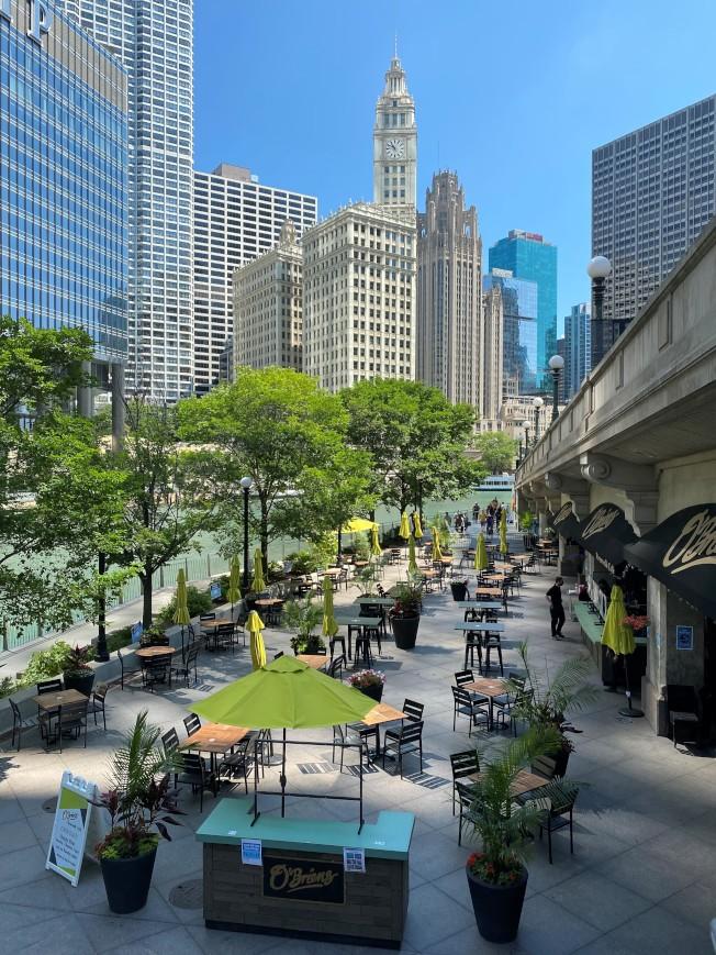 芝城餐館不論室內戶外的每桌顧客人數,將從10人縮減為六人,讓生意已經欠佳的餐飲業十分擔憂前景。(特派員黃惠玲/攝影)
