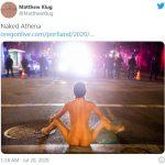 裸女「獻身」波特蘭抗爭現場 張開雙腿面對員警