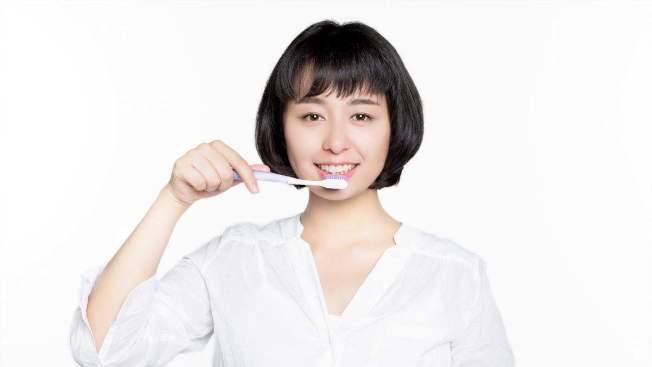 刷牙。(取材自微博)