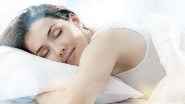睡前做些小動作可強身健體。(取材自微博)