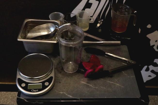 第1步,準備火龍果,切成小塊後放進杯中。