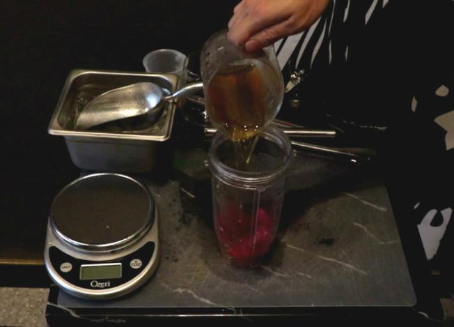 第2步,加入綠茶100g。