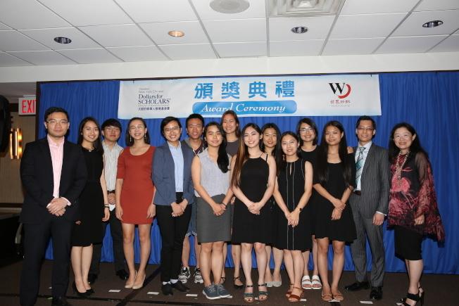 大紐約區華人教育基金會每年頒發獎學金,並通過舉辦各種活動幫助和支持學生成長發展,右一是李德怡。(本報資料照片)