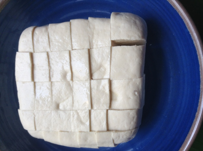 1.將豆腐切成小塊,蒸熟蒸透。