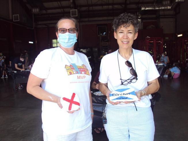 MVP執行董事布林頓(Elizabeth Brinton,左)和出席的亨城國際會社會長羅斯(Michelle LiquoriRoss)合影。(記者陳幸蘋/攝影)