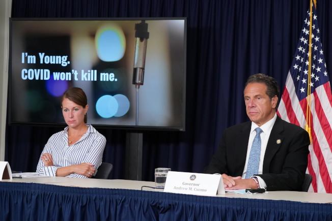 州長葛謨(右)呼籲年輕人負起防疫責任。(州長辦公室提供)
