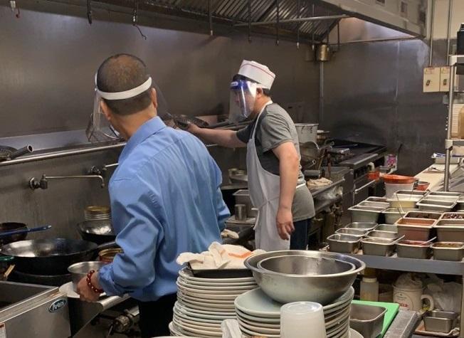 華埠商圈的中餐館逐漸復工,但只有不到五成的業者恢復堂食。(讀者提供)