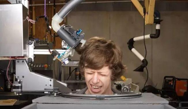 疫下理髮店不開門 他發明剪髮機器人
