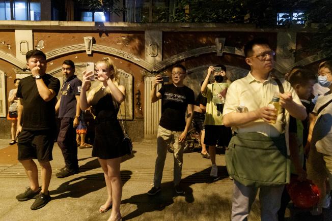 美駐中國成都總領事館前,民眾聚集拍照。中國24日已要求美國關閉其駐成都總領事館,以報復美國21日要求關閉休士頓中領館。(路透)