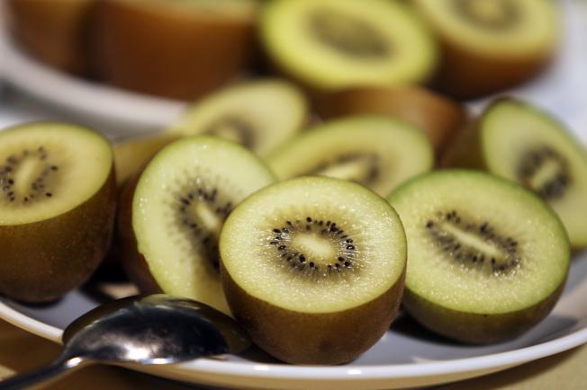 吃水果可使腸道順暢。(本報資料照片)