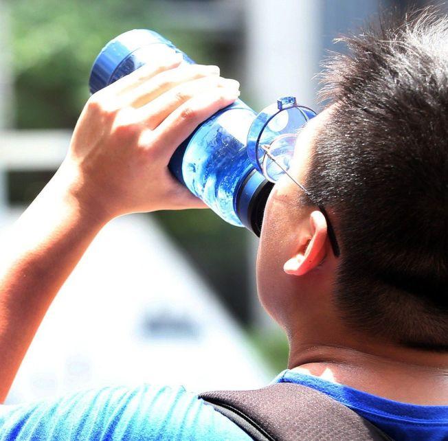 炎夏猛灌冷飲 小心腸胃急凍