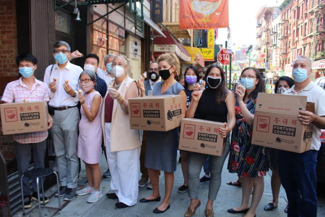 1300萬個簽語餅將送至全市各中餐館,用以宣導參與2020人口普查。(記者張晨/攝影)