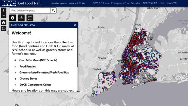 有民眾反應,大量沒打開的免費食品項目的救濟糧被堆在路邊暴曬。(取自免費食品項目官網)