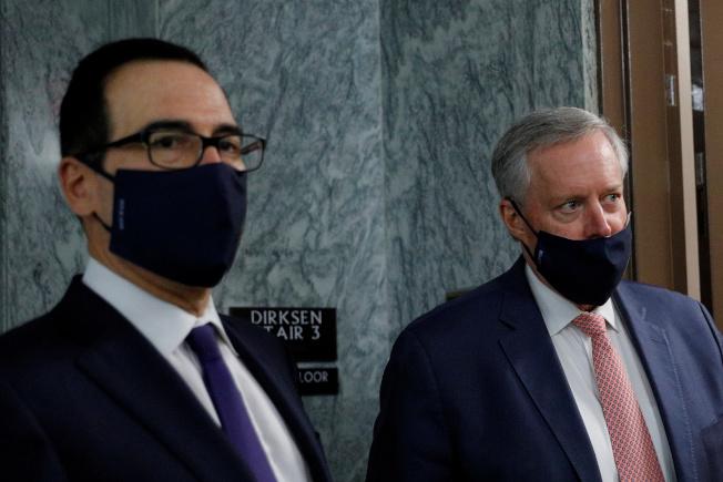 參院共和黨議員27日提出最新一波紓困法案,美國民眾又有1200元紓困現金支票可領。圖為財長米努勤(左)、白宮幕僚長梅杜斯(右)28日在與國會議員協商後走出會場。(路透)