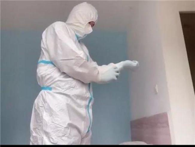 蔣文強穿好防護服,重新投入防疫工作。(視頻截圖)