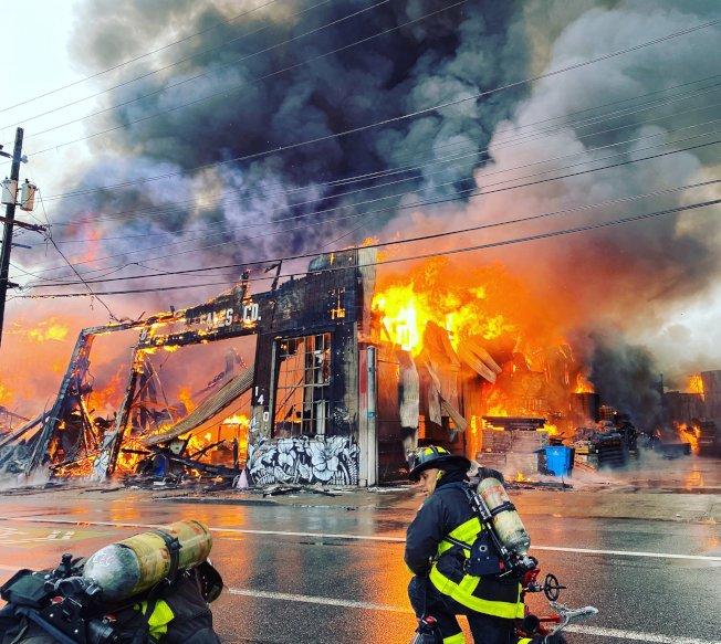上百位消防員參與撲救。(消防局推特)