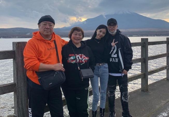 潘瑋柏(右起)日前分享老婆跟家人的合照,宣布成為人夫。(取材自微博)