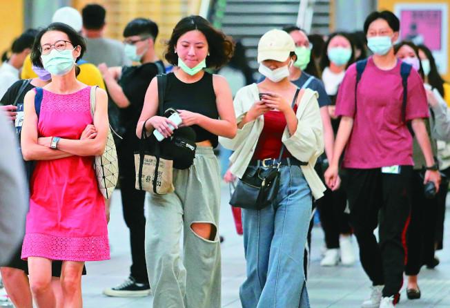 台灣疫情蠢蠢欲動,境外移入個案增多,但民眾防疫警戒明顯鬆散,醫師提醒民眾務必做好防疫準備;圖為搭乘台北捷運的通勤民眾。(記者胡經周/攝影)