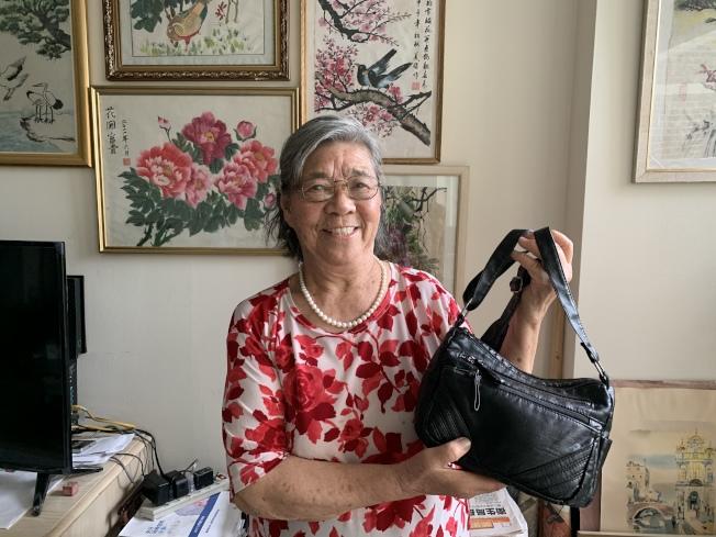 刘美娟感谢伸出援手的人帮她找回遗失小包。(记者张晨�u摄影)