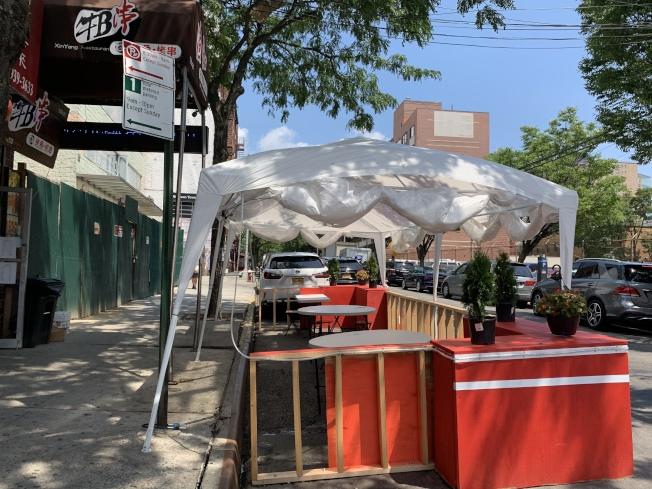業者表示,架設帳篷也能遠遠地就讓社區民眾知道,街上設有戶外用餐區,能幫助招攬更多客人。(記者賴蕙榆/攝影)ㄒ